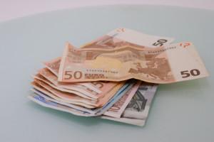 Geld auf einem Tisch