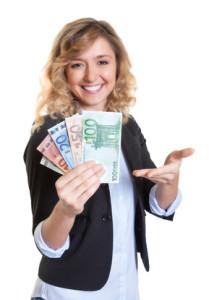 Frau mit blonden Haaren zeigt Geldscheine